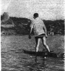 suda yürüyen adam